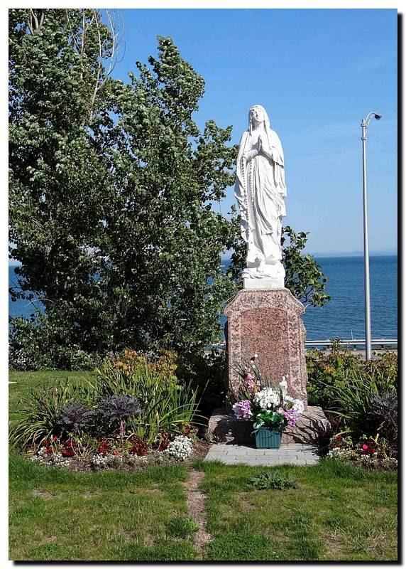 Statue in Pointe-a-Pic