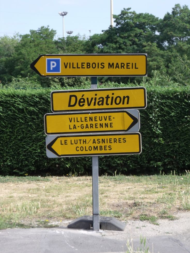 Yellow direction signs in Gennevilliers.